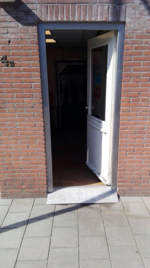 Project RVS kozijn afwerking (de deur na het project)